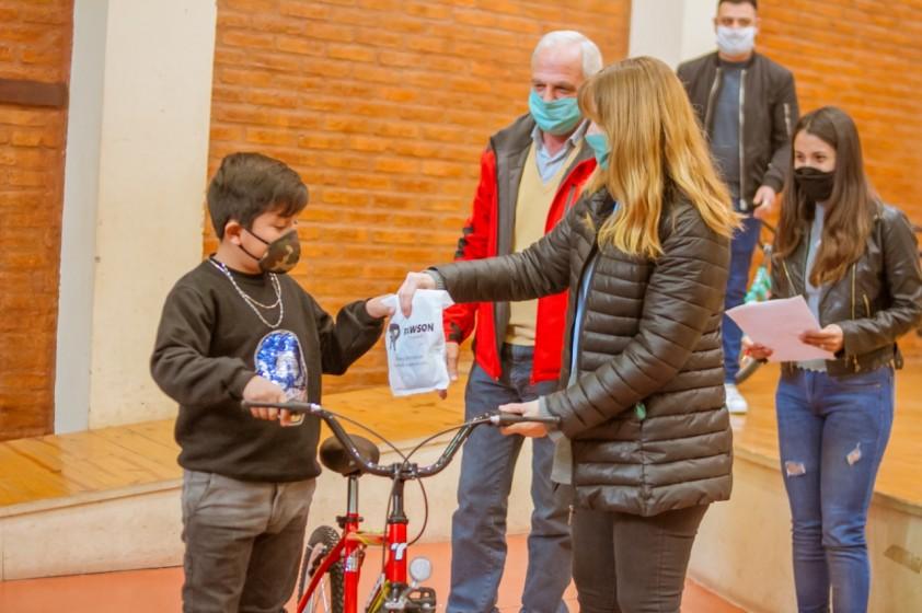 """Rubén García entregó bicicletas a los ganadores del """"Rawson Festeja - Día de las Infancias"""""""