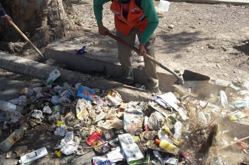 """El Programa """"Rawson Limpia"""" continúa realizando limpieza de acequias anegadas"""